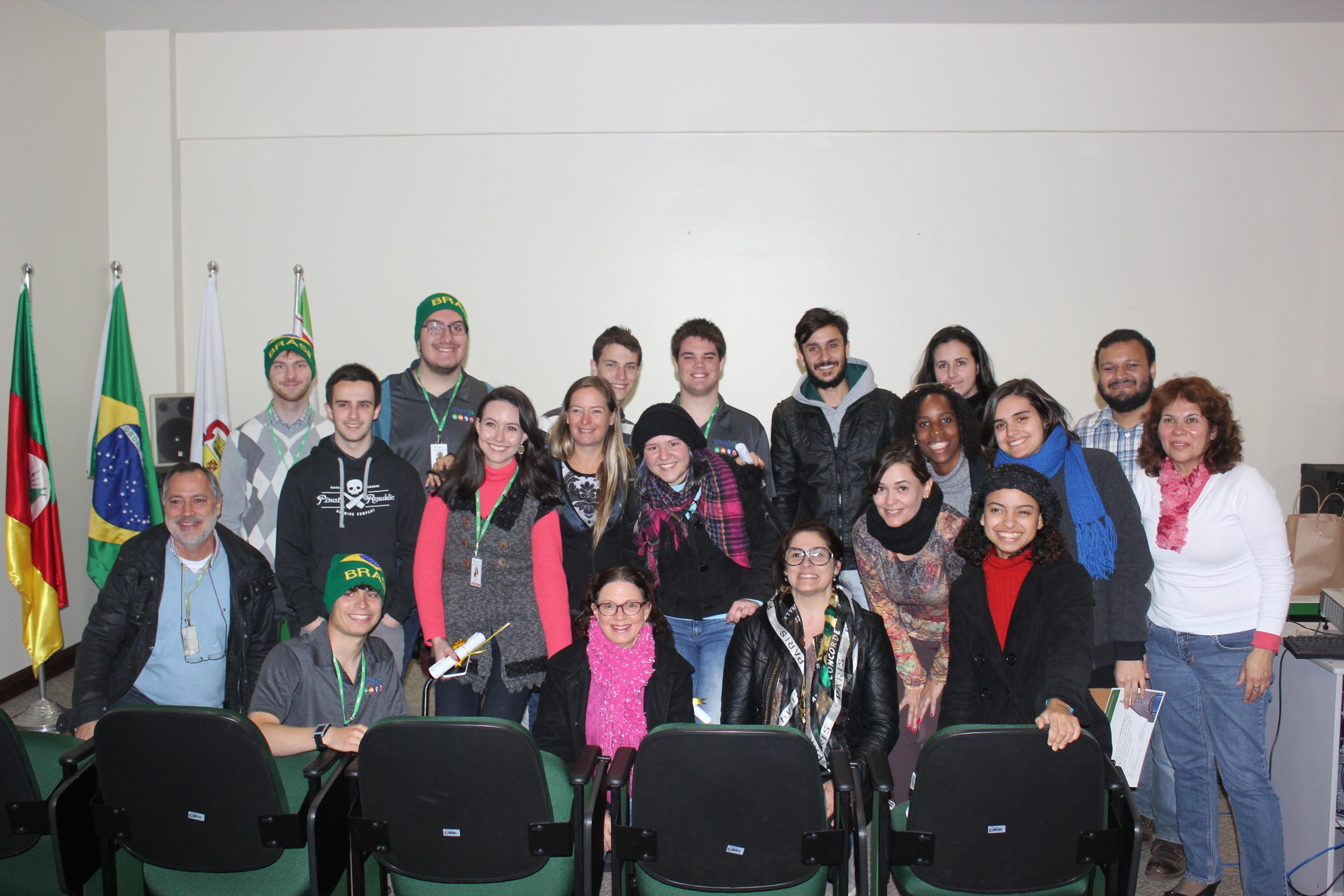 Turma concluinte do curso de Francês e grupo de intercambistas canadenses