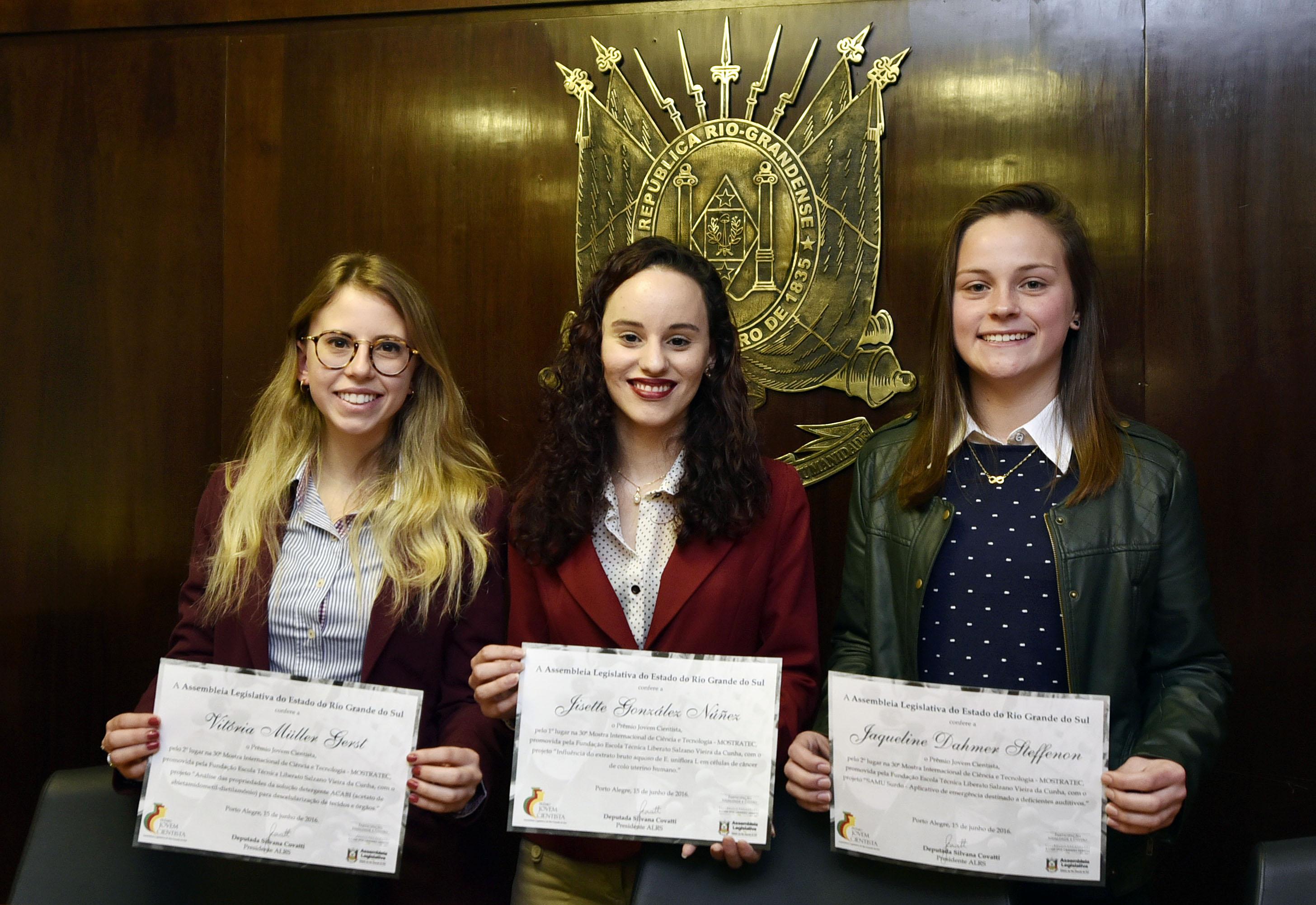 Jisette (centro) recebeu o Prêmio Jovem Cientista